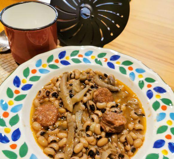 Judias carillas con chorizo y setas de temporada, cocción lenta