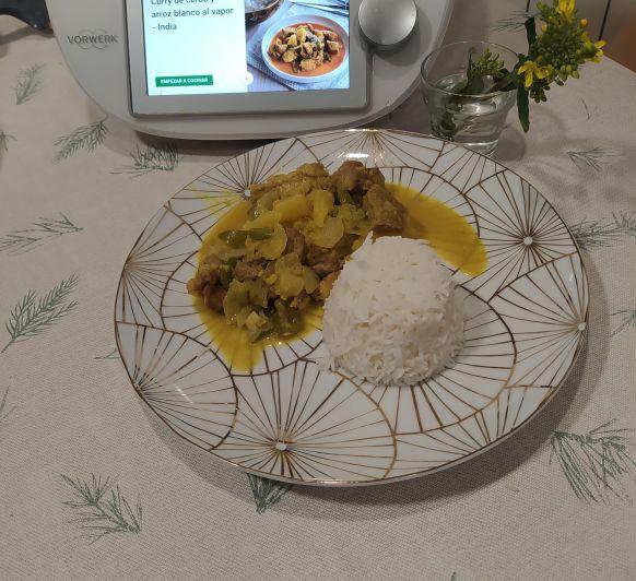 Cerdo al curry con arroz al vapor
